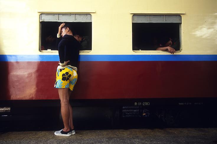Am Hauptbahnhof von Yangon: Ein Zug voller Rekruten kurz vor seiner Abfahrt zu den Kasernen im Norden Burmas.