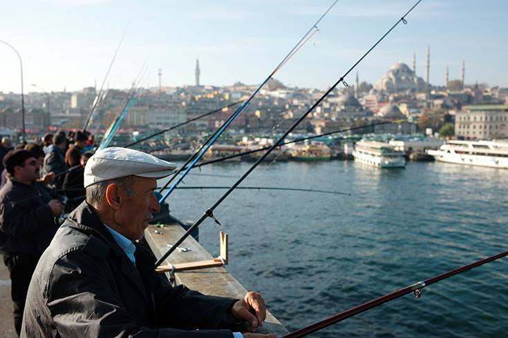 Im Dienst der Familie: Angler auf der Galata-Brücke über dem Goldenen Horn sorgen für das Abendessen.