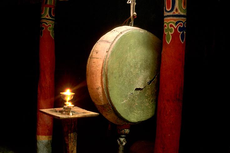 Gebetstrommel mit gerissenem Fell im Kloster von Bardan. Novizen wollten die Trommel für die Aufnahme wenden, doch gerade der Makel macht den visuellen Reiz aus.