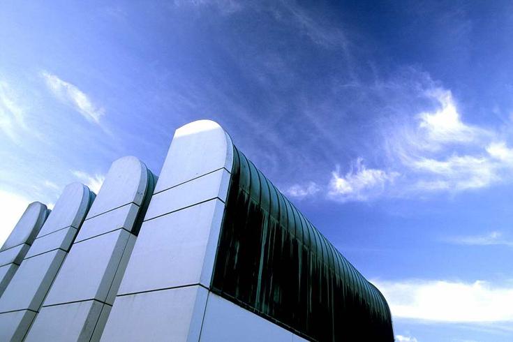 Das Bauhaus-Archiv umflort von Cirruswolken.