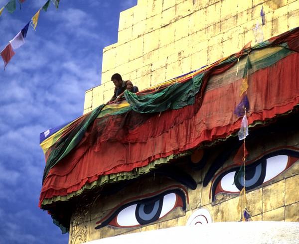 Jedes Jahr zum tibetischen Neujahrsfest wird am Stupa von Bodhnath der Volant erneuert...