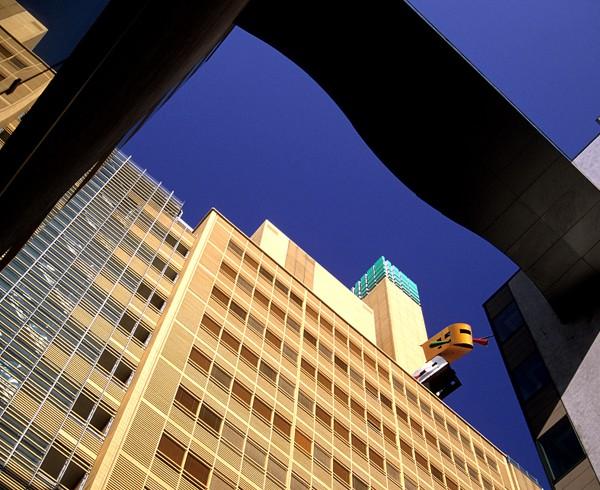 """Kunst am Bau: Die Skulptur """"Landed"""" von Auke de Vries am Atrium Tower (ehem. Debis-Haus)."""