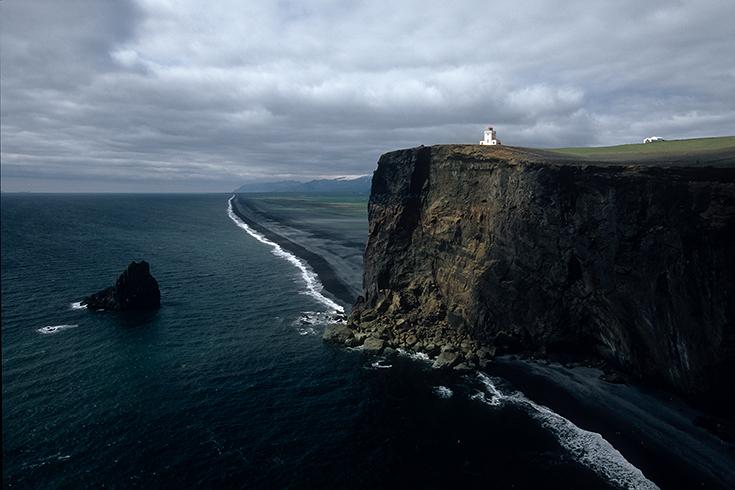 Am Leuchtturm von Dyrhólaey: Die Felswand ist Brutgebiet für Seeschwalben und Papageientaucher.