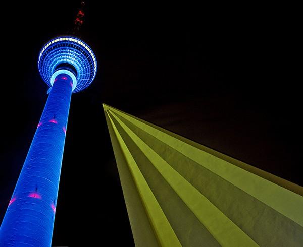 """Fernsehturm während des """"Festivals of Lights""""."""