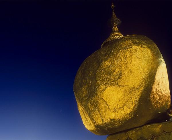 Ewiger Balanceakt: Es scheint, als benötigte der Betende nur geringe Kraft, um den Goldenen Felsen von Kyaikhto in Bewegung zu setzen.
