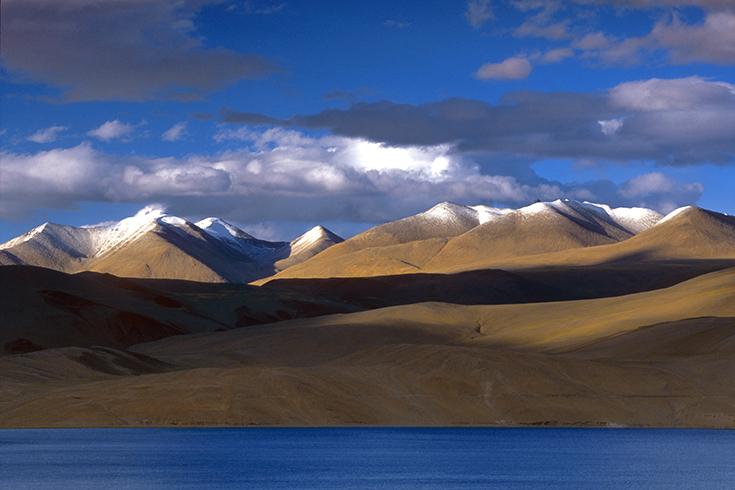 Das Ufer des Tso Moriri-Sees auf dem Changtang-Plateau.