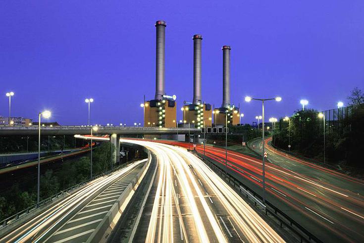 """Das Heizkraftwerk Berlin-Wilmersdorf vom """"Hohen Bogen"""" aus. Jogger können die Hängekonstruktion in spürbare Schwingung bringen, was Langzeitbelichtungen zum Geduldsspiel macht."""