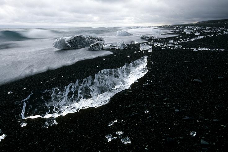 Breiðamerkursandur: Das bizarr geformte Eis des Vatnajökull-Gletschers wird tagsüber von der Meeresbrandung an die schwarze Lavaküste geschwemmt.