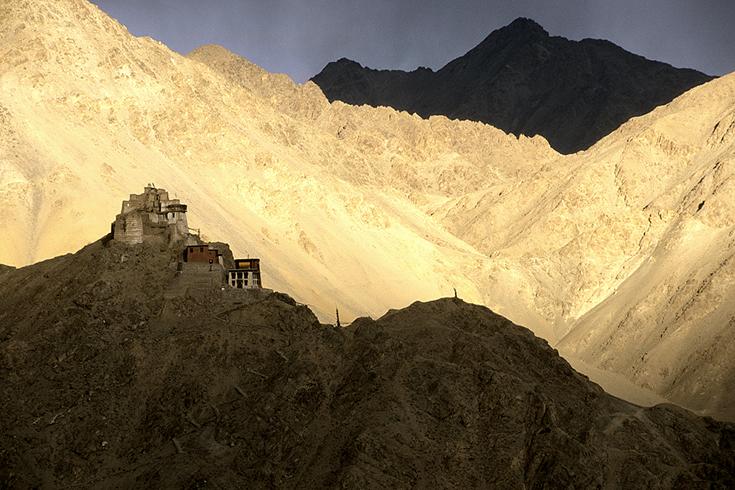 Die alte Burg oberhalb von Leh, Ladakh. Durch die minütlich wechselnden Lichtstimmungen wirkt die Landschaft keineswegs monoton.