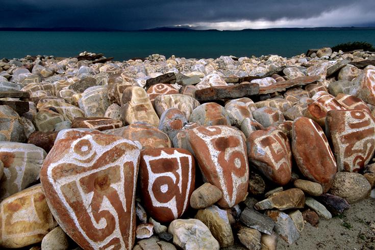 Am Manasarowar-See: Mani-Steine in Seralung.