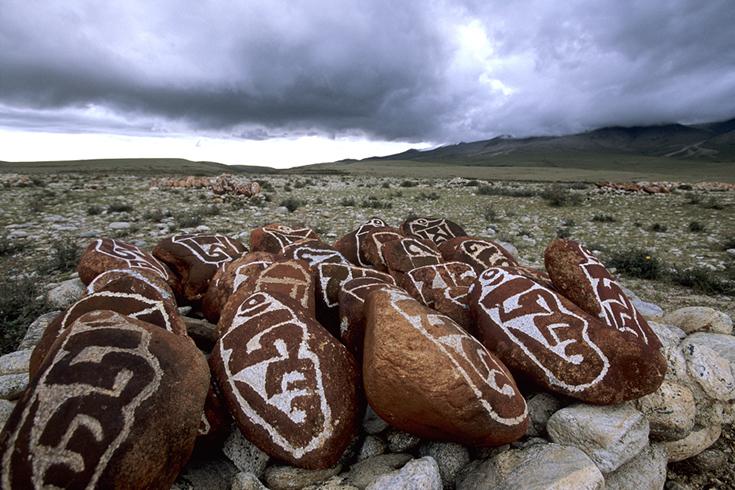 Am Manasarowar-See: Mani-Steine bei Nyego.