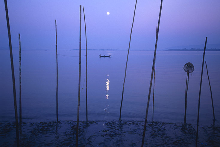 Vollmond über der Mündung des Thanlwin-Flusses bei Mawlamyaing: Im Morgengrauen bringen die Fischer ihren Fang direkt zum Markt.