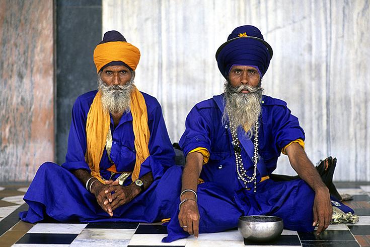 Veteranen in der Sikh-Tempelanlage von Gurudwara Bangla Sahib, Neu-Delhi.
