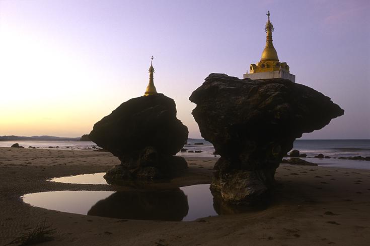 Nur nach einer Sturmnacht spiegeln sich die Zwillingspagoden (Kyauk Maung Hna Ma) am Strand von Ngwe Saung.
