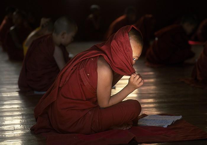 Im Zwiespalt der Gefühle: Ein Novize in einem Kloster nahe Nyaung Shwe schwankt zwischen Neugierde und Schüchternheit.