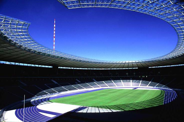 Olympiastadion mit der neuen Dachkonstruktion von 2004