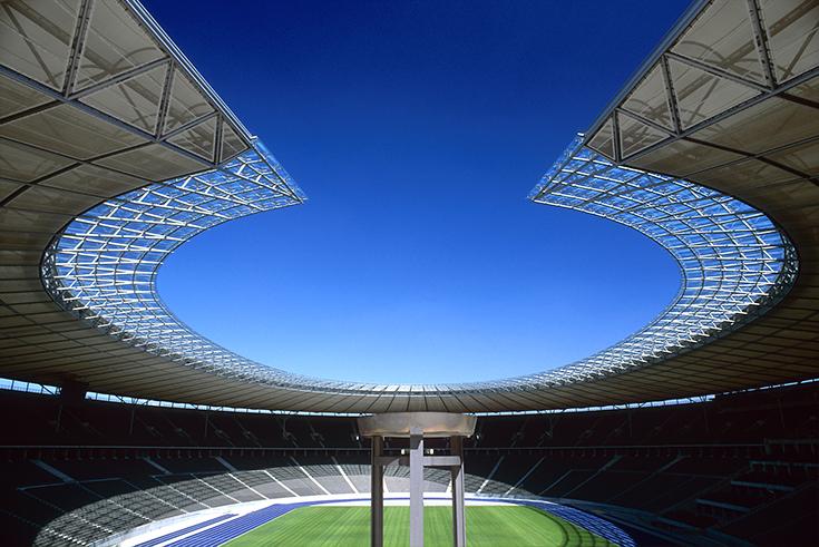 Das Olympiastadion mit der Feuerschale von 1936 und der neuen Dachkonstruktion von 2004.