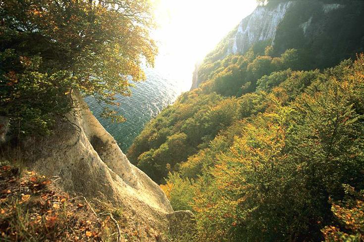 Sonnenaufgang am Königsstuhl: Die Stubbenkammer hat ihre ganz eigene Strahlkraft.