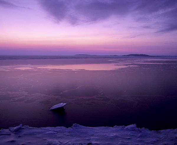 Die Thiessower Halbinsel im Winter. Während langer Kälteperioden kann das Packeis weit in den Greifswalder Bodden reichen.