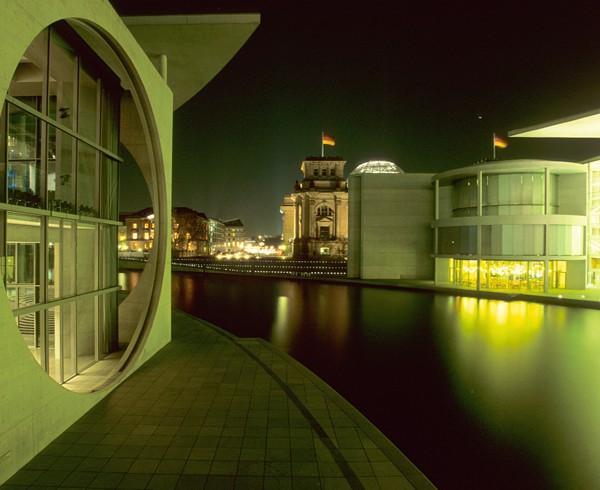 Regierungsufer mit Reichstag im Hintergrund.