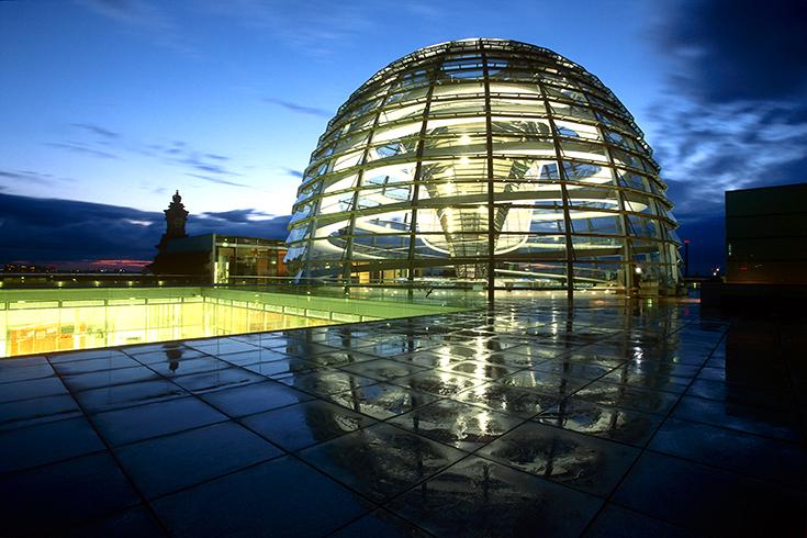 Nach kurzem Regenschauer spiegelt sich Norman Fosters neu gestaltete Kuppel auf der Terrasse des Reichstags.