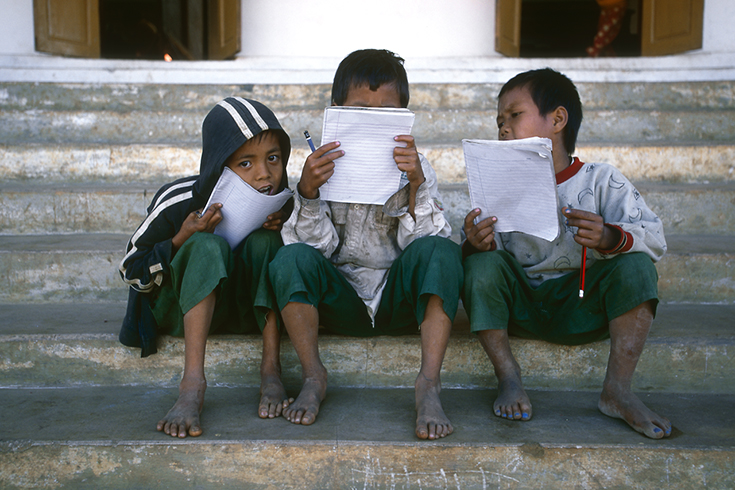 »Reading by Heart« vor einer Schule in Nyaung Shwe am Inle-See.