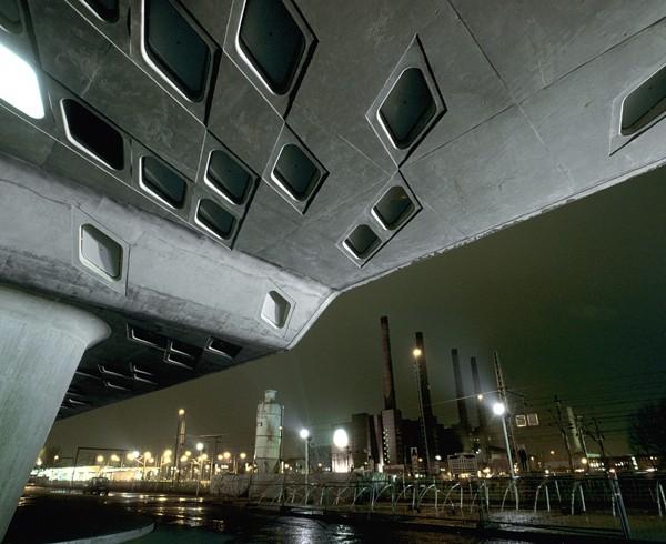 Kassettendecke des Phaeno Science Centers mit Volkswagen-Heizkraftwerk im Hintergrund.
