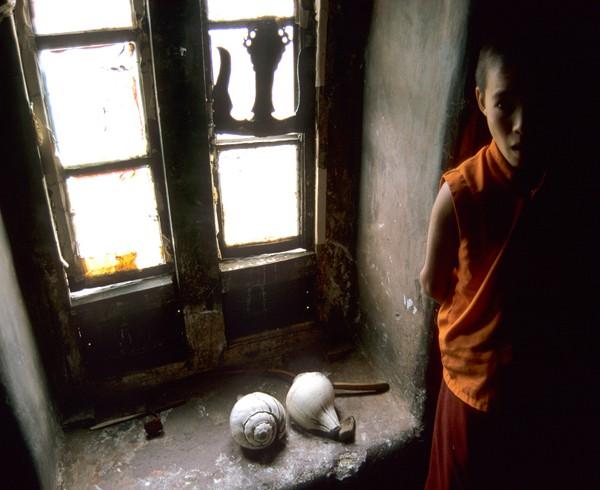 Novize im Gebetsraum des Klosters Lamayuru.