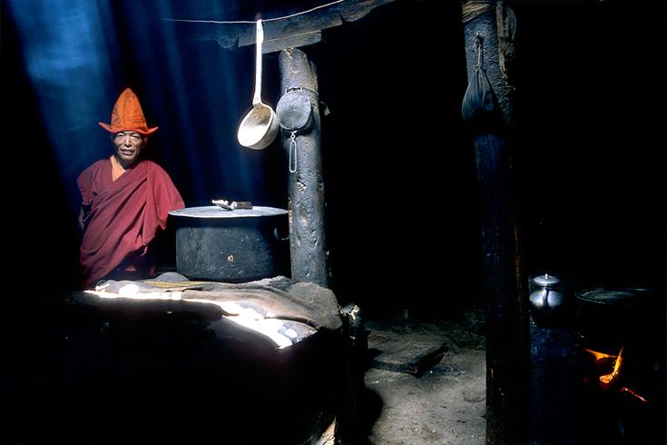 Die Küche des Klosters von Lingshed im Zanskar-Gebiet. Das Holzfeuer hat die Lehmwände tief geschwärzt.